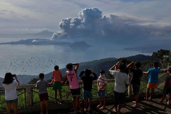 أشخاص يشاهدون الانفجار البركانى