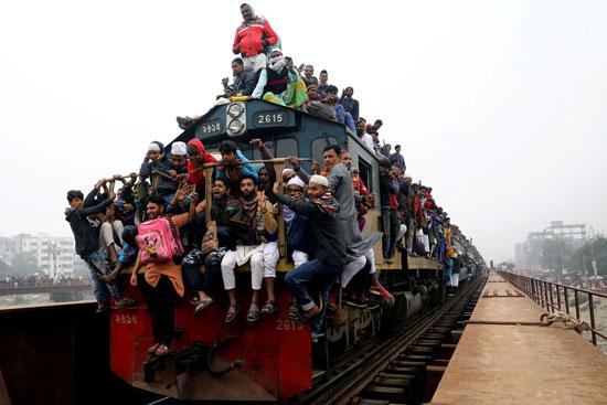 جحافل المسلمين يتسلقون القطارات