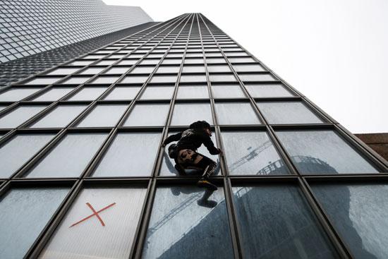 روبرت يتسلق أعلى مبنى توتال فى باريس