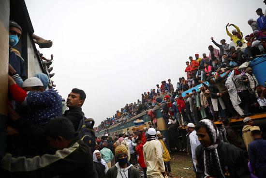 المسلمين يتسلقون القطارات