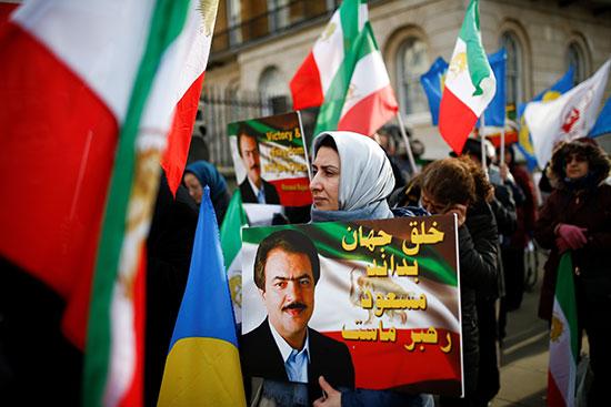 رفع الأعلام الإيرانية فى المظاهرة ببريطانيا