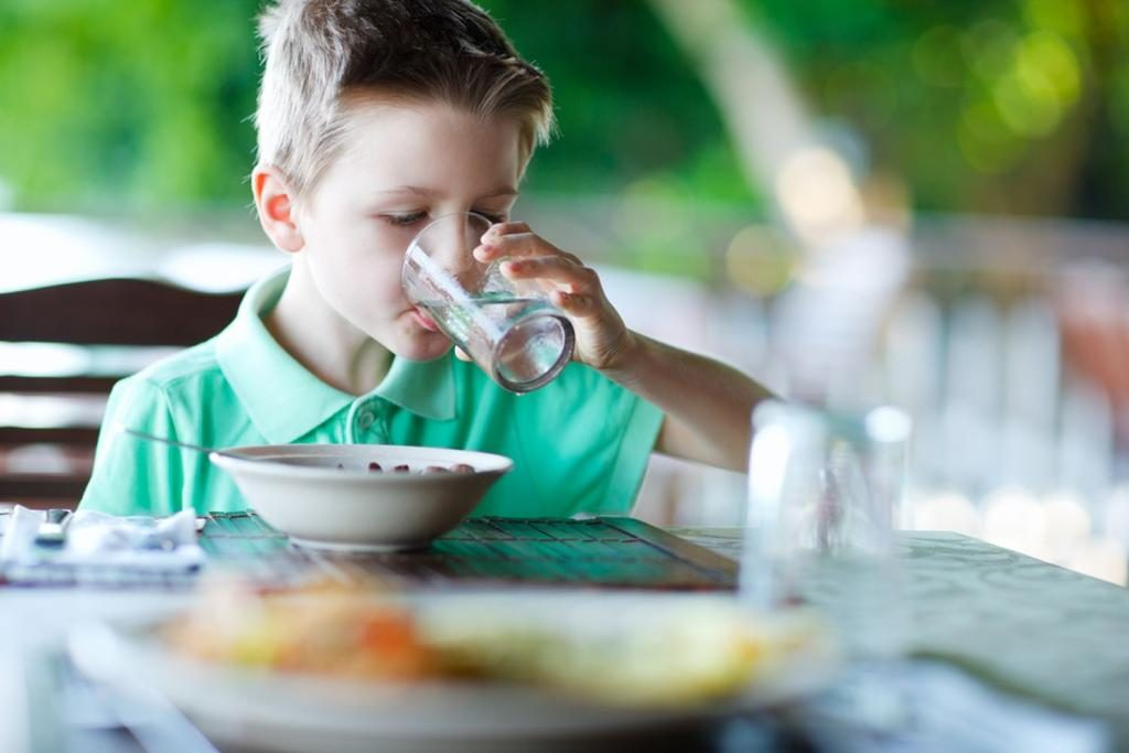 Causes-of-Drinking-Water-While-Eating-1024x683