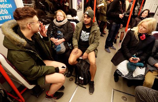 الجلوس داخل المترو بدون سراويل