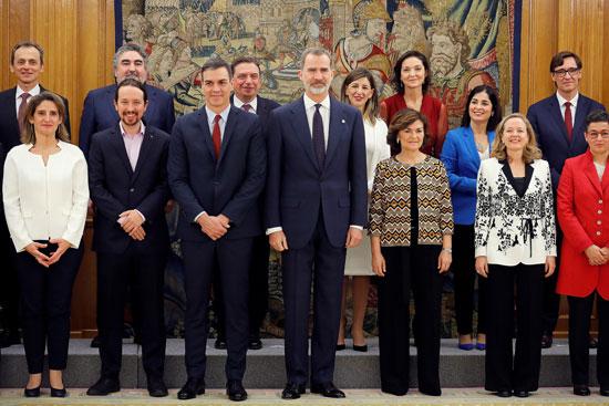 صورة-جماعية-للملك-مع-الوزراء-الجدد
