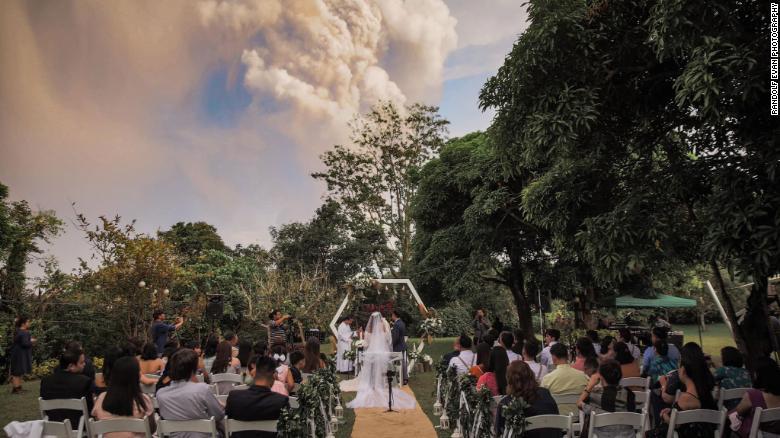 حفل الزفاف فى الفلبين وقت ثوران البرلكان