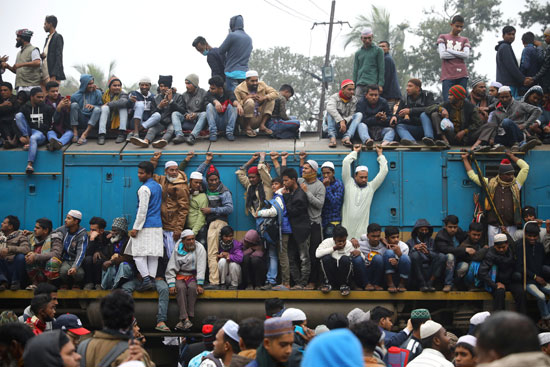 آلاف المسلمين على ظهر القطار