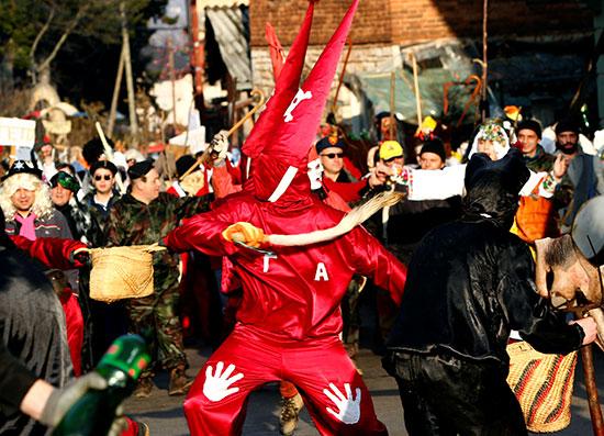 موكب في الشوارع خلال كرنفال للاحتفال بيوم القديس فاسيلي