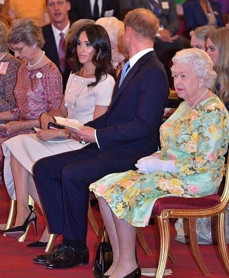 الملكة بجانب الزوجان في احد المناسبات