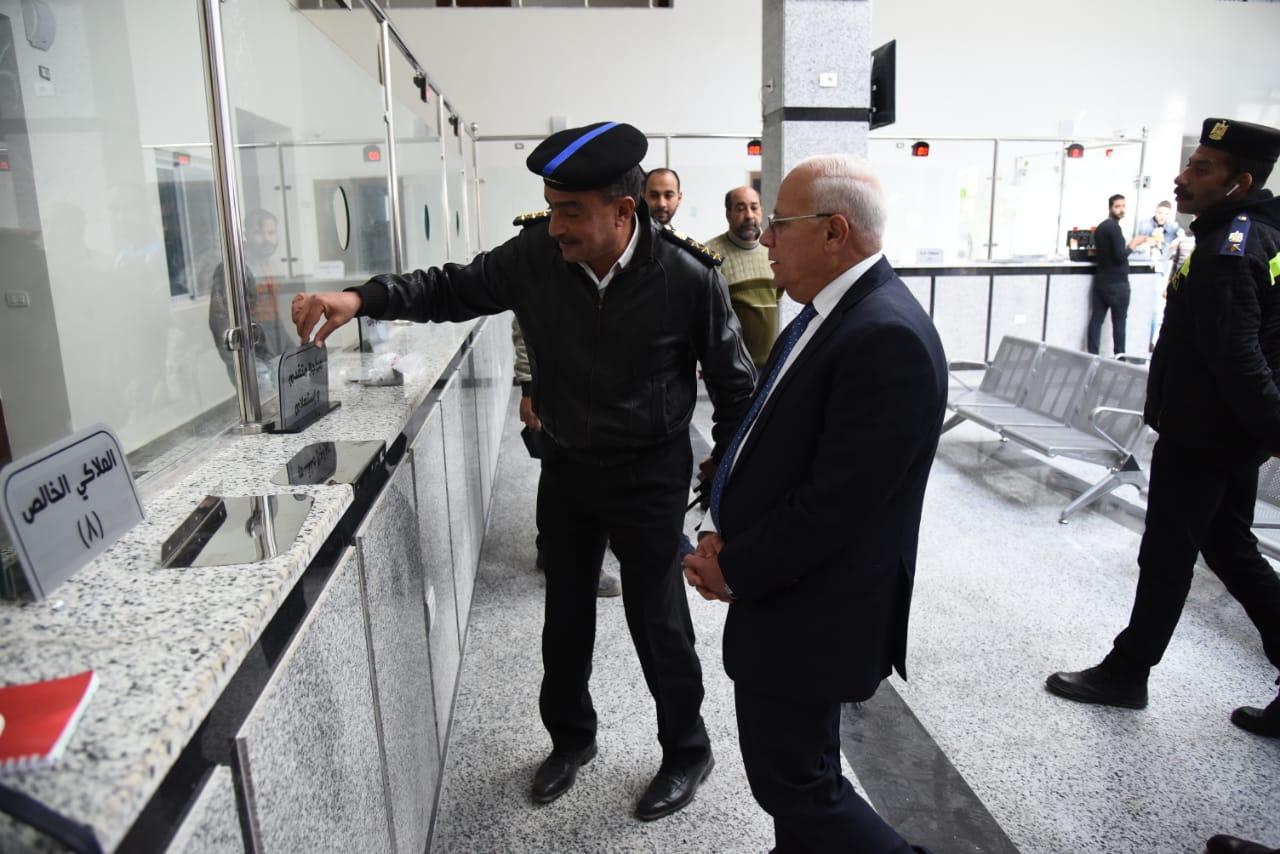 محافظ بورسعيد يشيد بمستوي وحدة تراخيص الملاكي  بمنطقة  الإسراء بحي الضواحي (2)