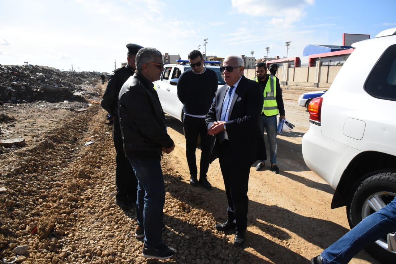 محافظ بورسعيد يتابع آخر تطورات سير الأعمال بشارع البترول (2)