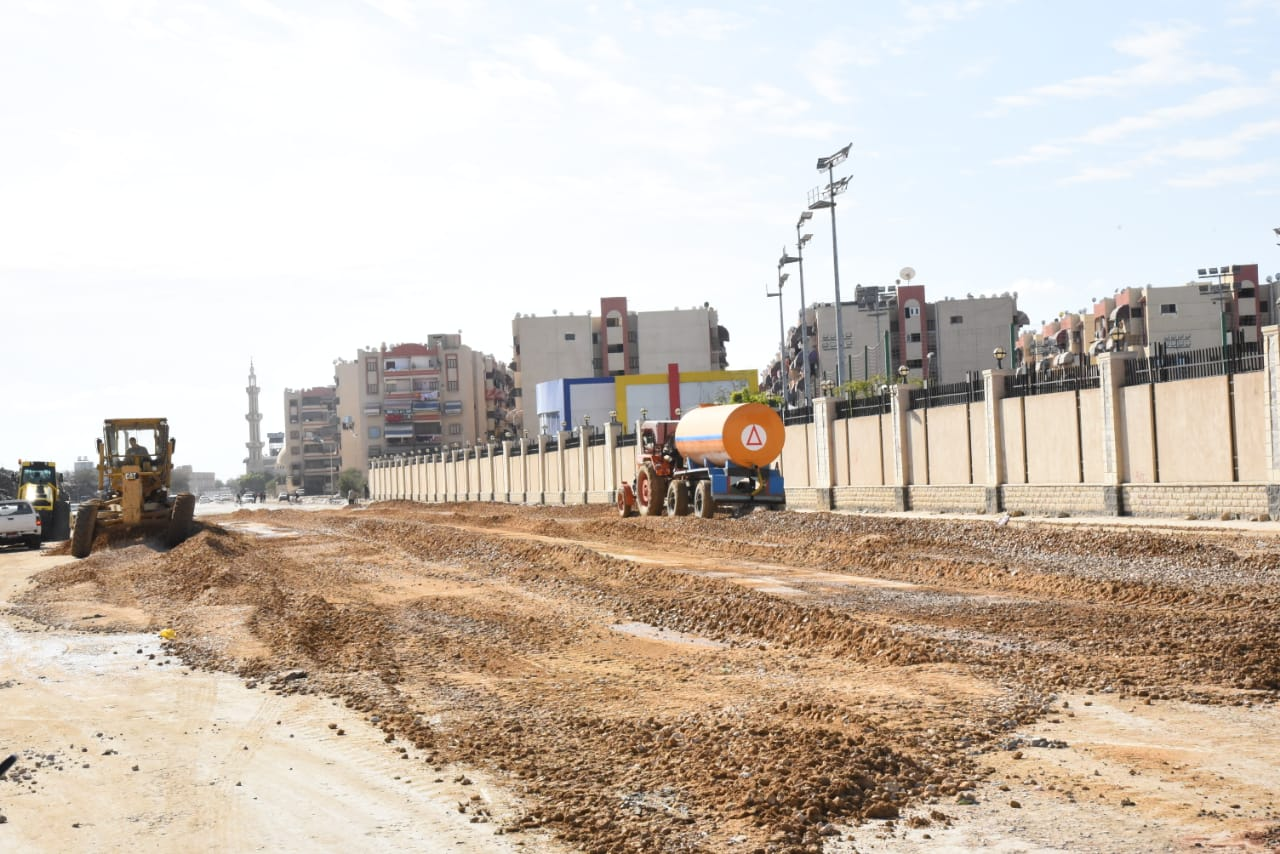 محافظ بورسعيد يتابع آخر تطورات سير الأعمال بشارع البترول (3)