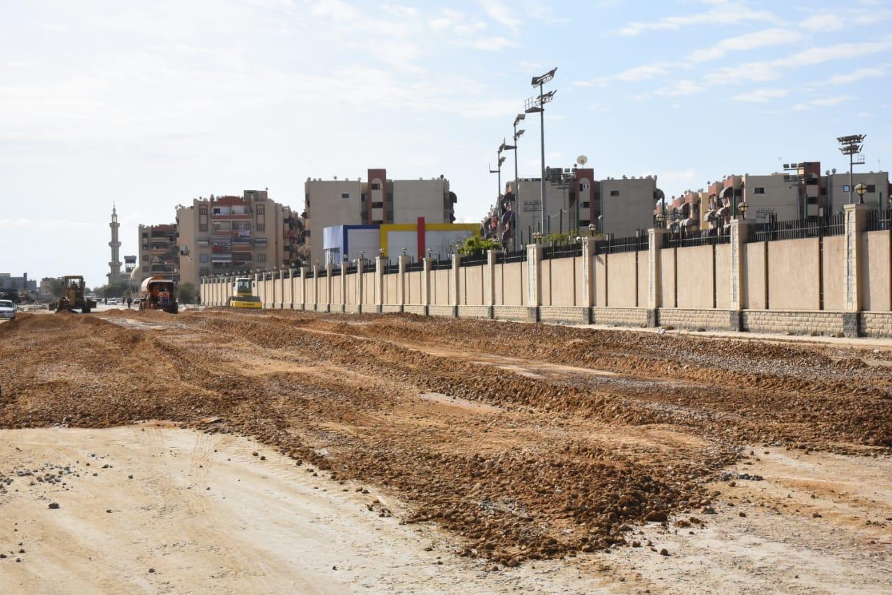 محافظ بورسعيد يتابع آخر تطورات سير الأعمال بشارع البترول (1)