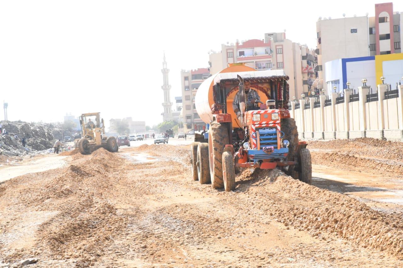 محافظ بورسعيد يتابع آخر تطورات سير الأعمال بشارع البترول (4)