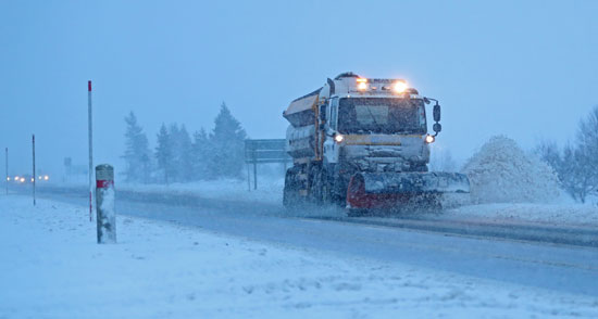 السيارات تزيل الثليج من الطرق الرئيسية بأسكتلندا أثناء العاصفة بريندان