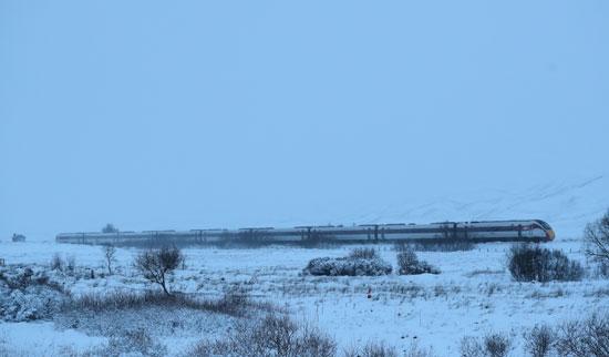 القطار يشق طريقه وسط العاصفة
