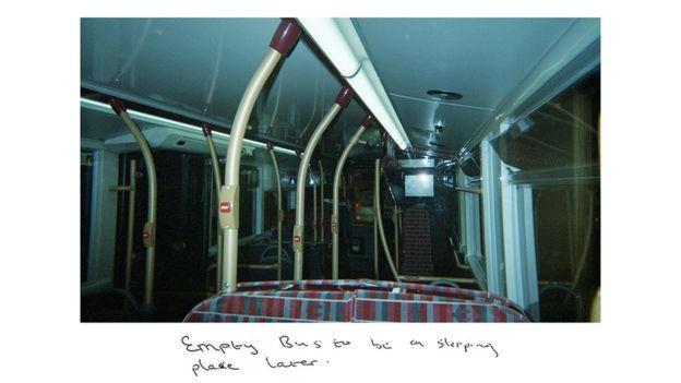 صورة للحافلة التى ينام فيها اللاجئ النيجيرى