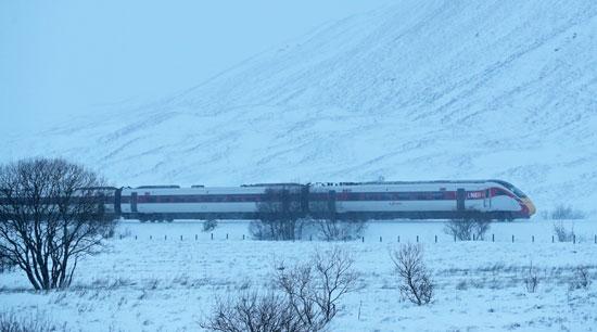 القطار يشق طريقه وسط العاصفة بريندان