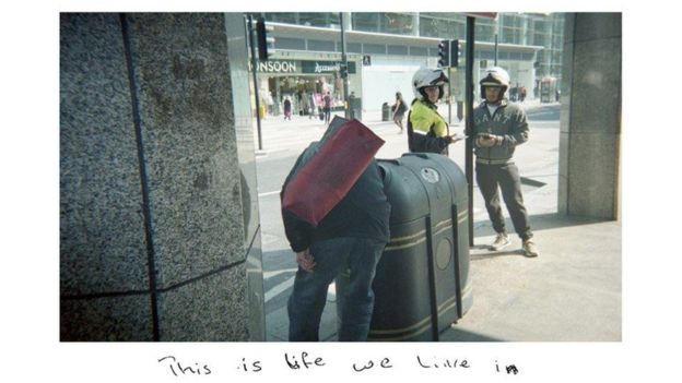 اللاجئ النيجيرى ينقب فى القمامة بشوارع لندن