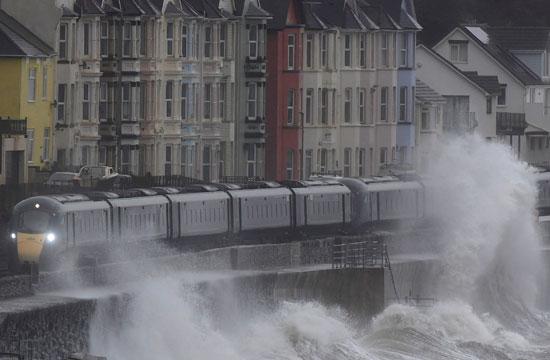 القطار يقطع طريقه وسط أمواج البحر