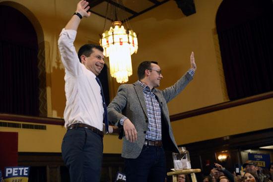 المرشح الديموقراطي للرئاسة الأمريكية ، بيت بوتيج ، يلوح بمؤيديه مع زوجه تشاستن بوتيجيج خلال قاعة بلدية في آميس