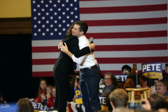 الممثلة والمغنية ماندي مور تحتضن المرشح الديموقراطي للرئاسة الأمريكية