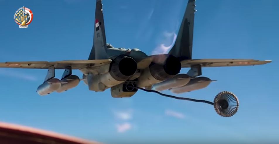 أحد مقاتلات الجيش المصرى تنقل وقود لطائرة أخرى