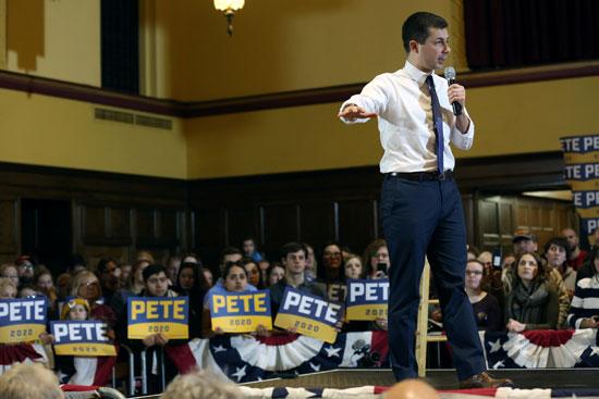 يتحدث المرشح الديموقراطي للرئاسة الأمريكية ، بيت بوتيج ، خلال قاعة بلدية في آميس
