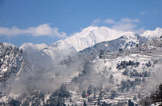 منظر عام للجبال المغطاة بالثلوج بوادى نيلوم