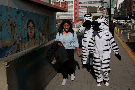 يسيرون فى الشوارع مع عضوة بالبرنامج