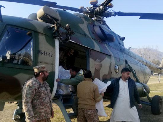 جنود الجيش يحمولن مواد الإغاثة لتوزيعها على العالقون بالمناطق المتضررة من تساقط الثلوج