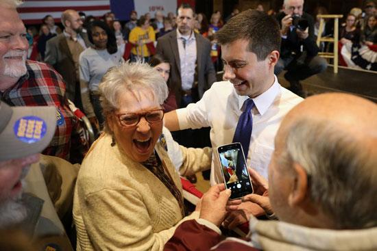 المرشح الديمقراطي للرئاسة الأمريكية بيت بوتيجيج يلتقط صوراً مع المؤيدين خلال قاعة بلدية في آميس