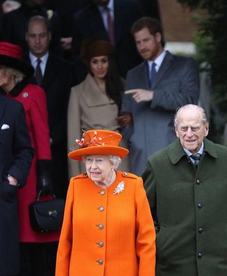 ميجان تسير خلف الملكة