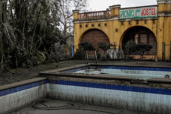 حمام-سباحة-تم-تفريغه-من-الماء