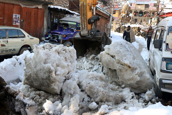 السكان يزيلون الإنهيارات الثلجية من الطرقات