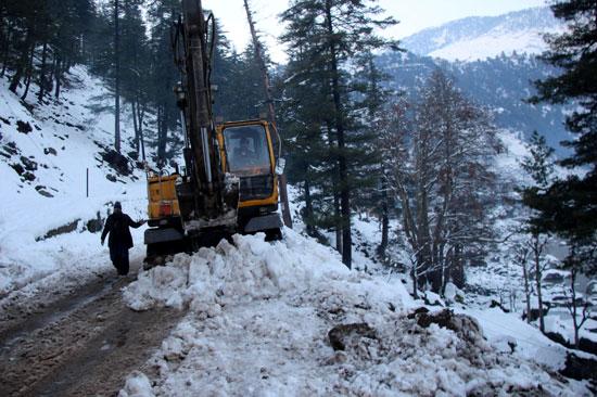 حفار يزيل الثلوج من الطرقات
