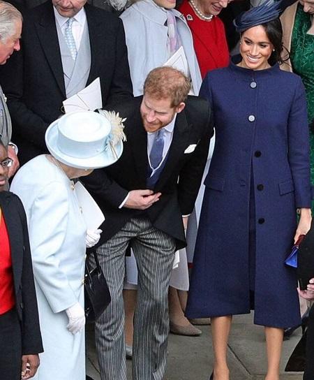 حديث الحفيد مع الملكة وزوجته بجواره