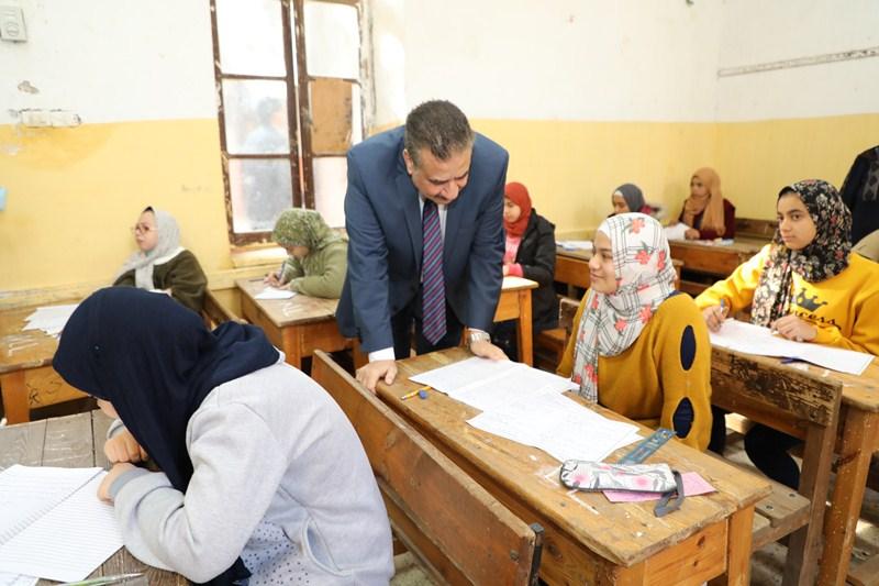محافظ المنوفية يتفقد عددا من لجان امتحانات الشهادة الإعدادية (2)