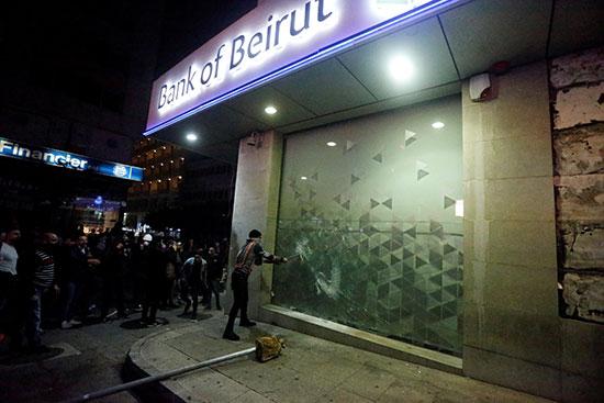 الضرر الذى لحق بواجهة أحد المصارف فى بيروت