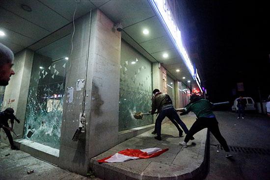 الهجوم على المحلات خلال الإحتجاج