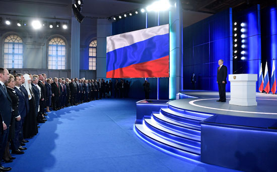 فلاديمير-بوتين-و-أعضاء-البرلمان-يقفون-خلال-عزف-السلام-الوطنى
