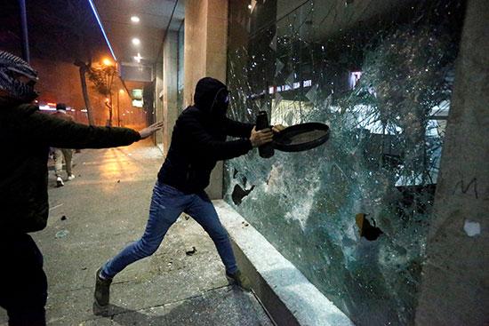 محاولة إقتحام أحد المصارف خلال الإحتجاجات