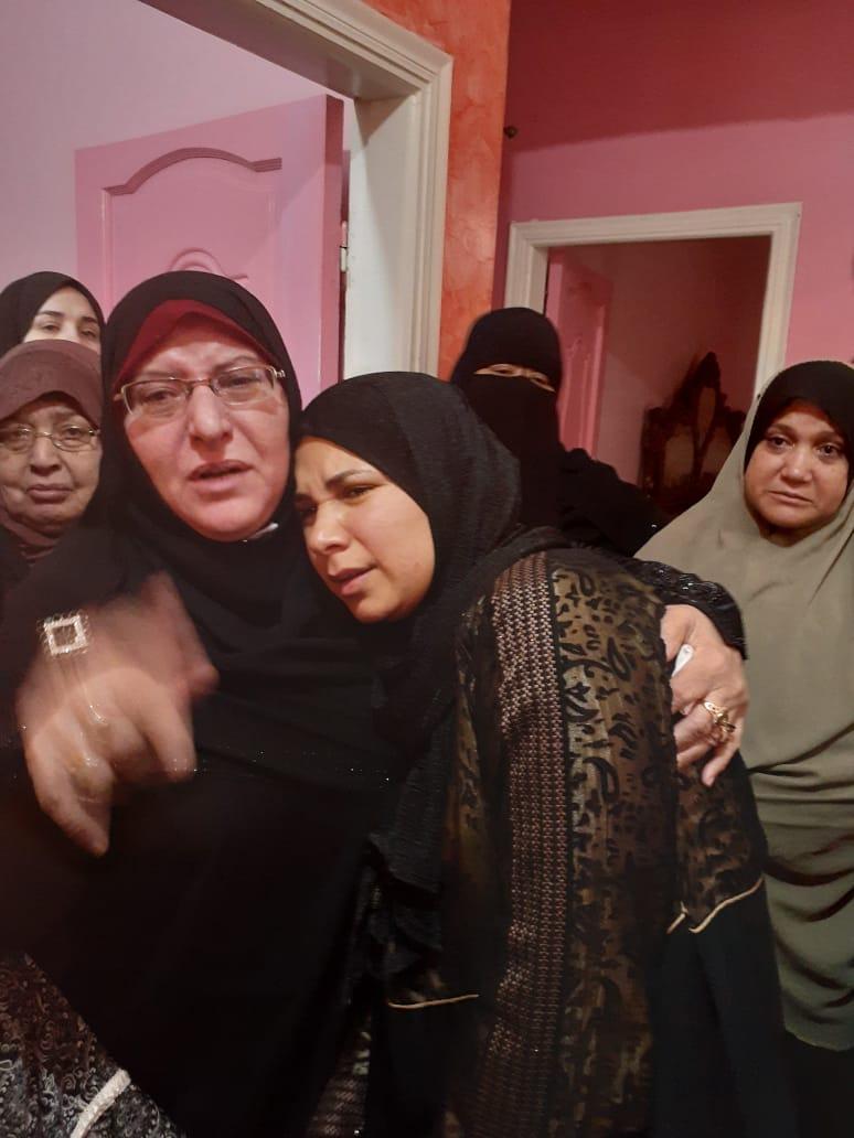 محرر اليوم السابع مع أسرة شهيد الشهامة (1)