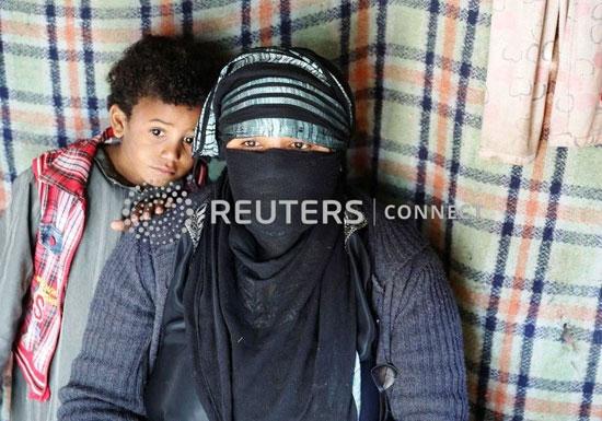 ام-وطفلها-فى-مخيم-النازحين