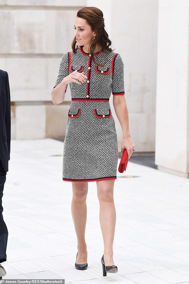 كيت تضيف الألوان لفستانها الأحادى