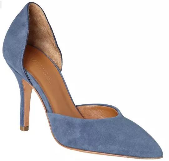 حذاء أزرق لبنطلون جينز