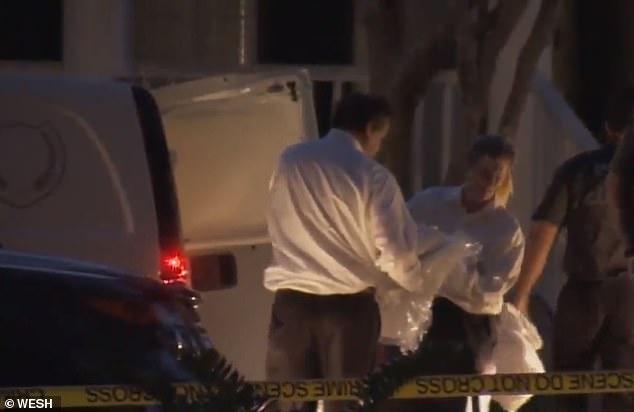 الشرطة تعاين المنزل بعد اكتشاف الجثث
