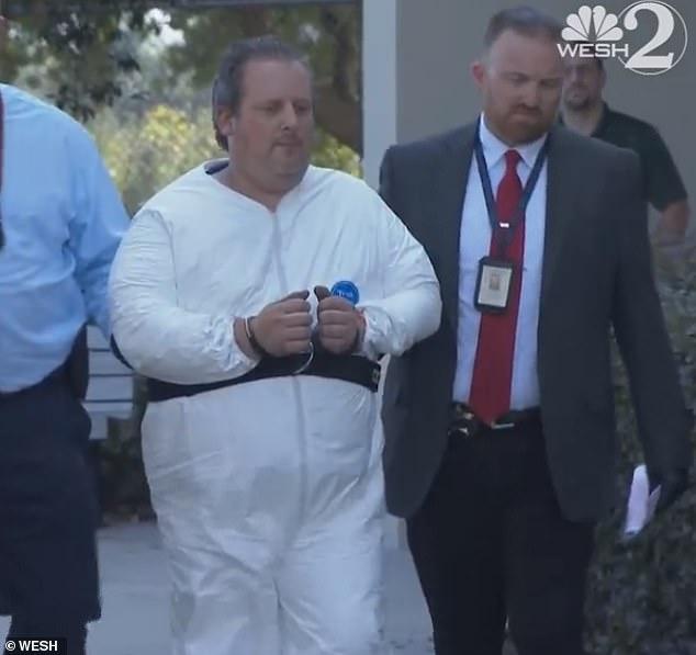 صورة المتهم اثناء نقله الى السجن