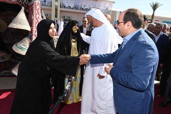 الرئيس السيسى يصافح سيدات البدو المشاركين في المعرض التراثي والثقافي لاعمال وفنون الحرف اليدوية
