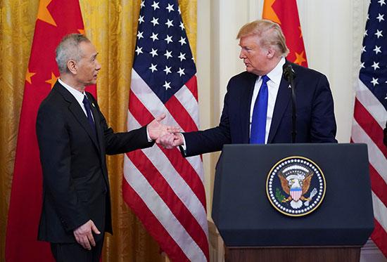 نائب رئيس مجلس الدولة الصيني ليو خه والرئيس الأمريكي دونالد ترامب