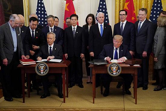 ترامب و ليو خه يوقعان المرحلة الأولى من اتفاقية التجارة